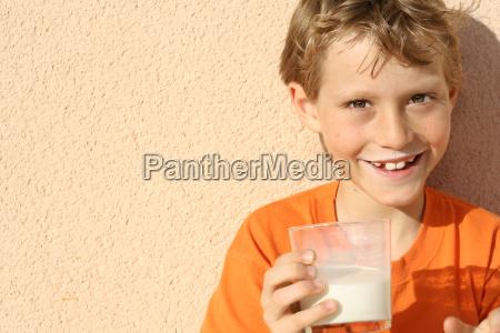 gesundes kind trinkt glas milch