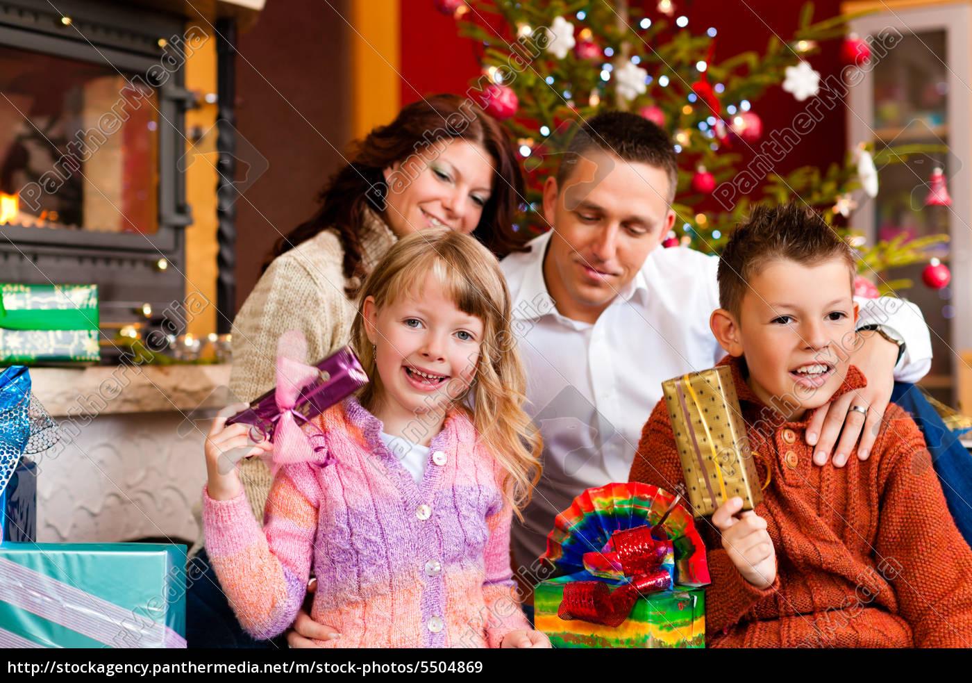 Weihnachten - Familie mit Geschenken am Weihnachtsabend ...