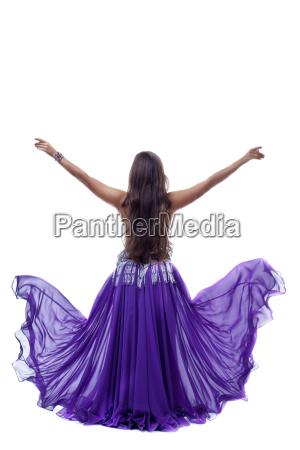 yong arabien taenzerin posiert mit fliegenden