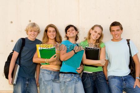 gruppe von gluecklichen studenten auf dem
