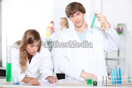 studenten in einem chemie klasse mit