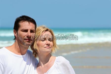 paar stand gemeinsam an einem strand