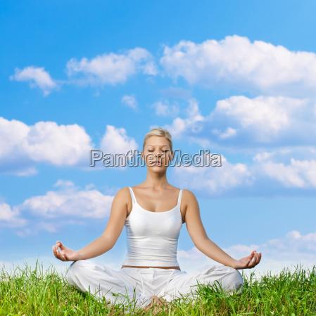 junge frau meditieren im freien