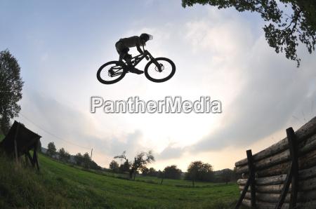 silhouette eines mountainbike sprung