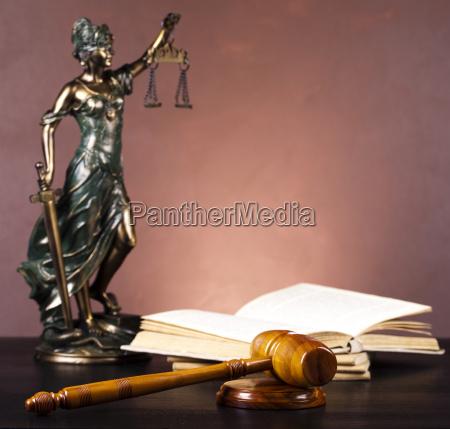 estatua antigua de la justicia ley