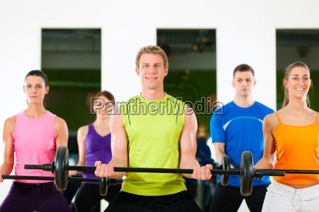 training mit langhantel im fitness studio