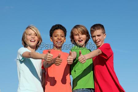 gruppe von divderse kinder im sommerlager