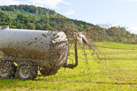 traktor faehrt guelle