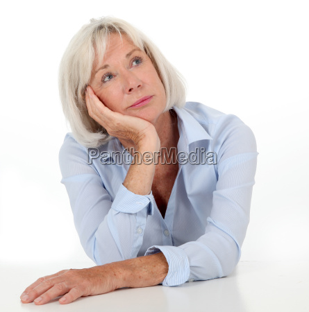 portraet der seniorin mit gelangweiltem ausdruck