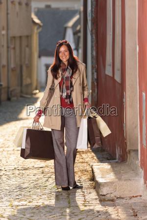 herbst outfit einkaufen frau elegant mit