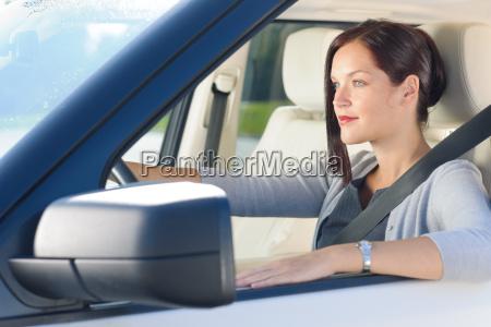 attraktive geschaeftsfrau fahren luxuswagen