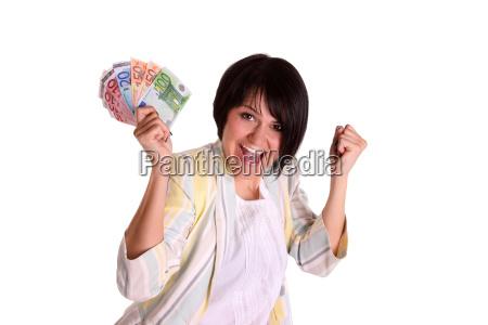 junge frau freut sich ueber geld