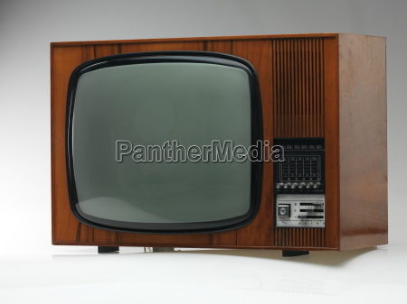 alte fernseher auf grauem hintergrund
