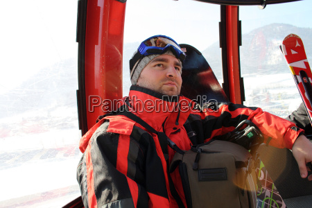 junger mann im skiurlaub
