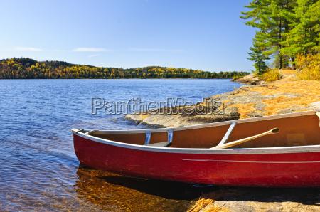 rotes kanu an land