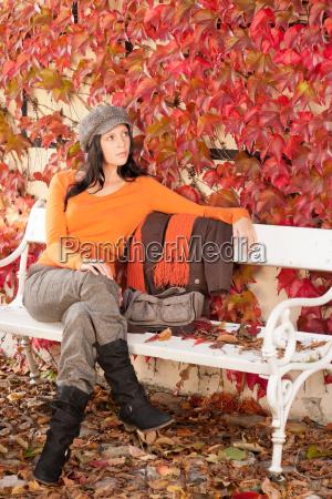 autumn park bench junge frau entspannt