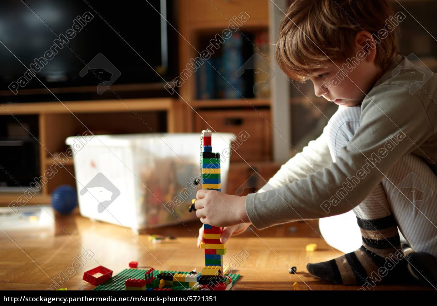 junge, baut, mit, lego, bausteinen - 5721351