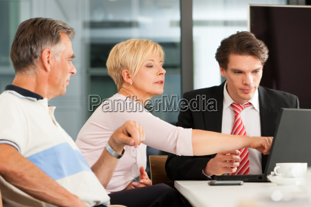 AElteres ehepaar beim finanzberater