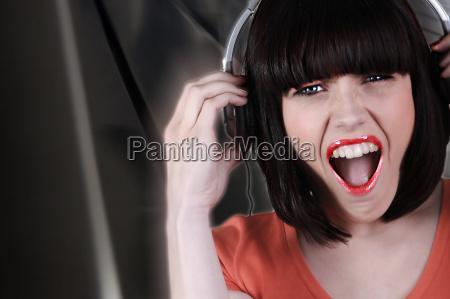bruenette traegt headset schrei