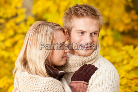 herbst glueckliches paar umarmt zusammen parklandschaft
