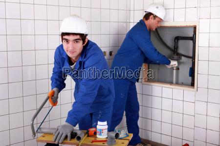 handwerker und lehrling arbeiten zusammen
