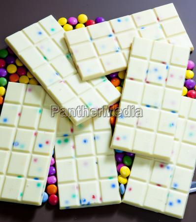 stillleben von weisser schokolade mit smarties