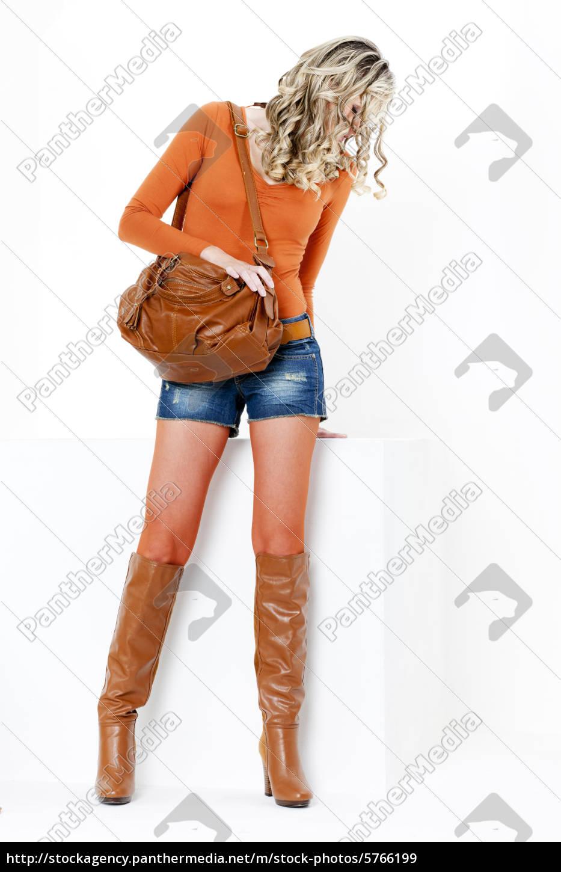 brand new f5e95 9c370 Lizenzfreies Bild 5766199 - stehenden frau tragen modische braune stiefel  mit einer