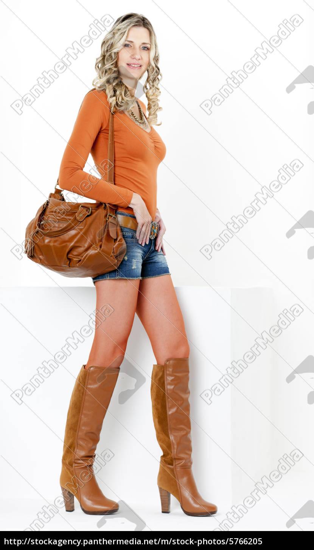 competitive price be882 de6ee Lizenzfreies Bild 5766205 - stehenden frau tragen modische braune stiefel  mit einer