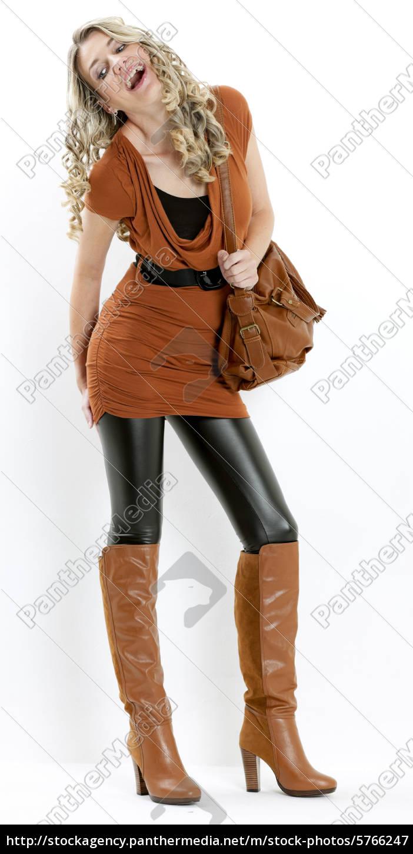 half off 379c7 202b3 Lizenzfreies Bild 5766247 - stehenden frau tragen modische braune stiefel  mit einer