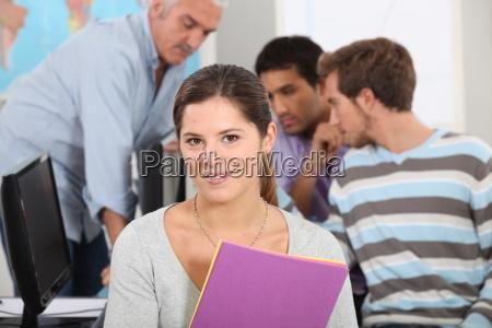 studentin in einer computerklasse