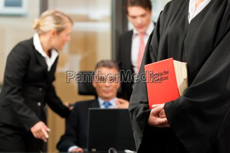 business besprechung in einer anwaltskanzlei