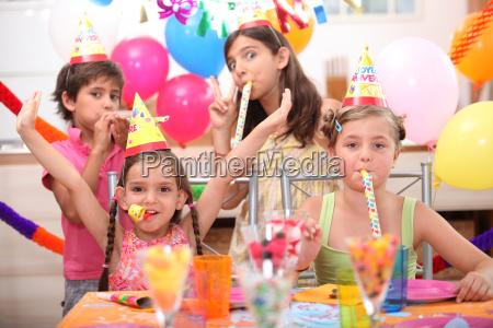 kinder auf geburtstagsfeier