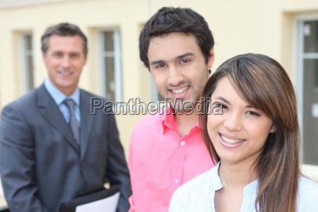 junges paar und immobilienpromotor