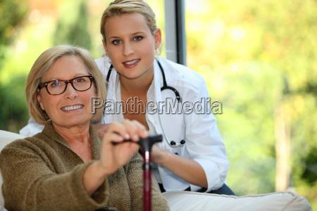 aeltere frau mit einer krankenschwester