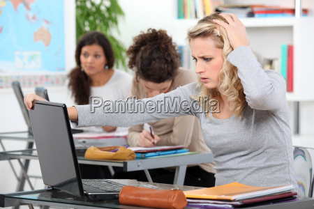 studentin mit laptop in der klasse