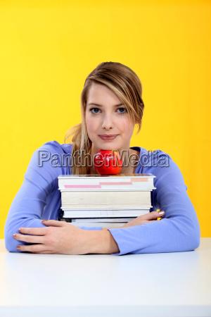studenten mit buecher und roten apfel