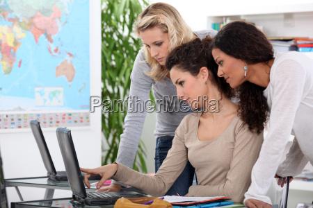 studierende der universitaet arbeiten gemeinsam an
