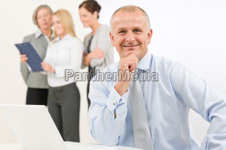 geschaeftsmannschaft senior manager mit arbeitskollegen