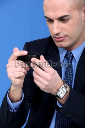 geschaeftsmann der sein smartphone
