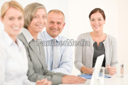 business team huebsche geschaeftsfrauen mit kollegen