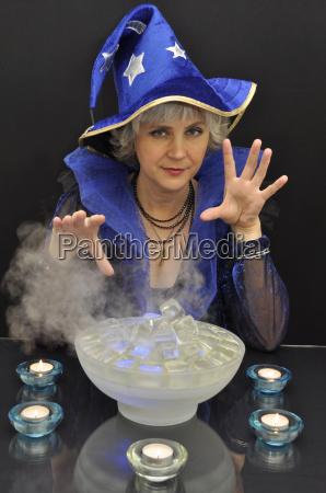 hexe in blauem hut mit magischen