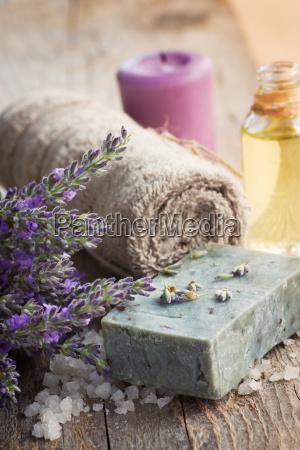 spa mit lavendel und handtuch