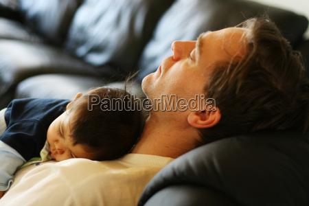 baby schlafend auf seinem vater und