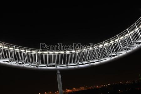 achterbahn skulptur bei nacht