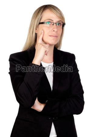 nachdenkliche geschaeftsfrau mit glaesern