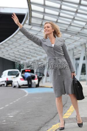 geschaeftsfrau anhalten taxi