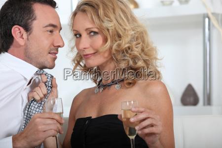 kokett paar trinken champagner zu hause