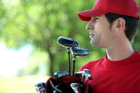 golfspieler der golftasche haelt