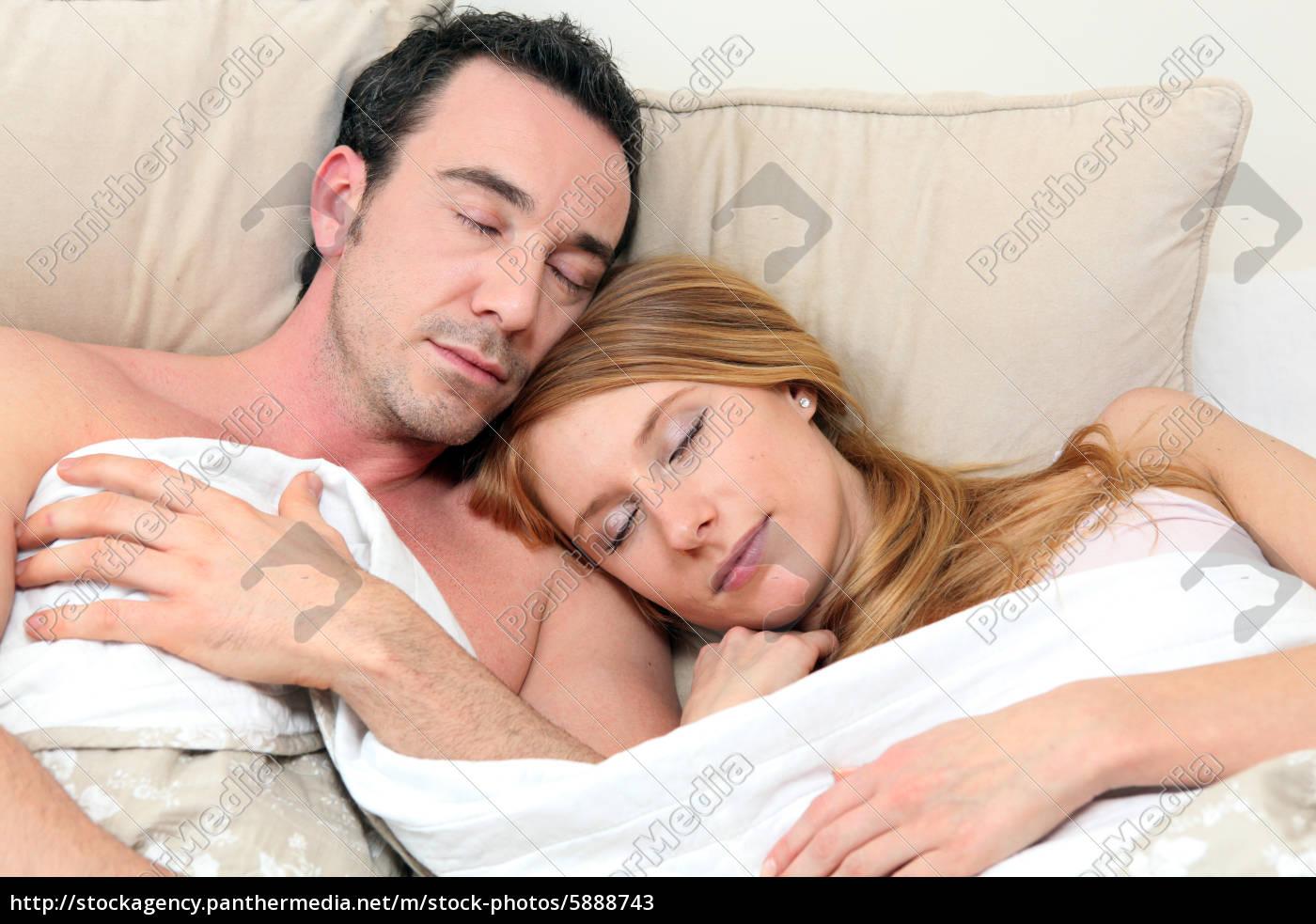 paar schlafend im bett - Lizenzfreies Bild - #5888743 - Bildagentur ...