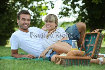 paar essen ein picknick